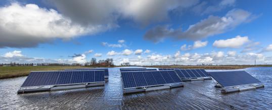 El parque solar flotante crea energía limpia